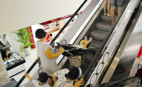 Cẩn trọng khi đi thang cuốn
